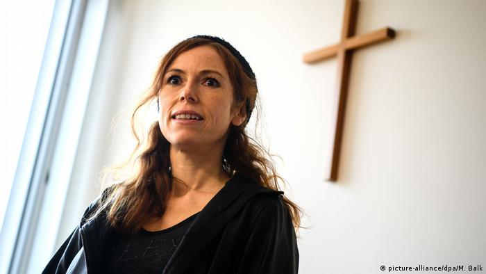 Antje Mönning in front of a wooden cross(picture-alliance/dpa/M. Balk)