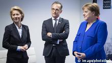 11.07.2018 *** News Bilder des Tages Bundesaussenminister Heiko Maas, (m, SPD), Bundeskanzlerin Angela Merkel (r, CDU) und die Bundesministerin der Verteidigung, Ursula von der Leyen (l, CDU), am Rande eines NATO-Gipfels im NATO-Hauptquartier in Bruessel, 11.07.2018. Bruessel Belgien *** Federal Foreign Minister Heiko Maas with SPD Federal Chancellor Angela Merkel CDU and the Federal Minister of Defense Ursula von der Leyen l CDU on the sidelines of a NATO summit in NATO Headquarters in Brussels 11 07 2018 Brussels Belgium PUBLICATIONxINxGERxSUIxAUTxONLY Copyright: xXanderxHeinlx