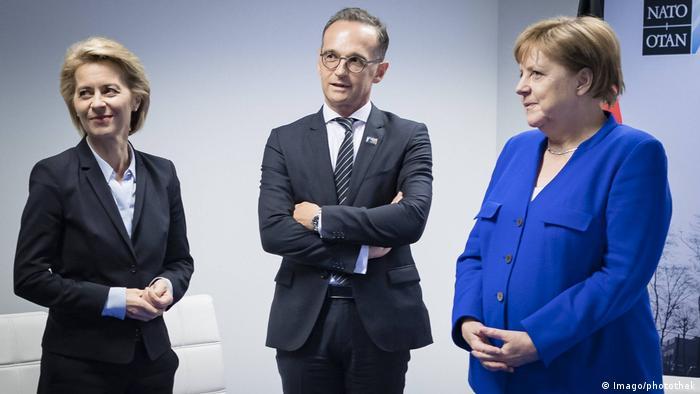 Министр обороны Германии Урсула фон дер Ляйен (слева), министр иностранных дел ФРГ Хайко Мас (в центре), канцлер Германии Ангела Меркель (справа)