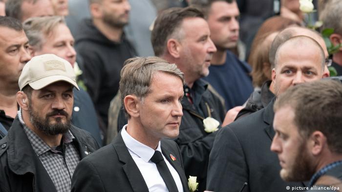 Bjern Heke (u sredini) sa bijelom ružom za revereom
