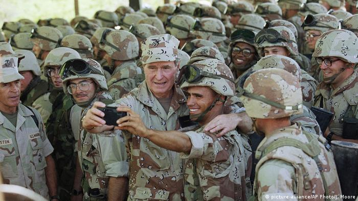 Former US President George H.W Bush surrounded by American troops during a visit to Somalia in 1993 (picture alliance/AP/Moore)