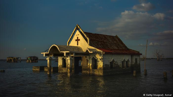 در مناطق ساحلی هر اندازه محل سکونت افراد در ارتفاعی پستتر و به دریا نزدیکتر باشد، از تغییرات اقلیمی بیشتر رنج خواهند برد. این احتمال هست که قسمتی از فیلیپین به زیر آب رود؛ و جزایری با زبان و فرهنگ خاص خود، در زیر آب ناپدید شوند.