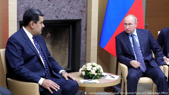 Venezuela's Nicolas Maduro meets with Russia's Vladimir Putin in December 2018 (picture-alliance/AA/Russian Presidential Press and Information Office)