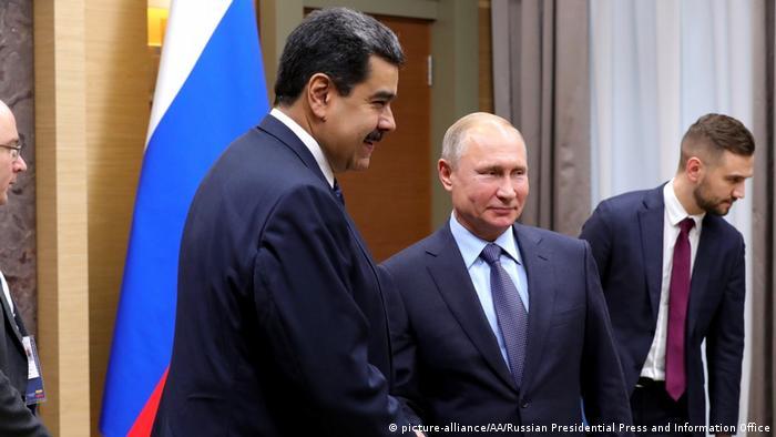 El presidente venezolano Nicolás Maduro se reunirá el miércoles (2.10.2019) a solas con Vladimir Putin, informó este martes el Kremlin, en el marco de una visita a Rusia para sumar apoyo de sus aliados. Maduró visitó Moscú y se reunió con Putin en diciembre pasado. Venezuela, que tiene las mayores reservas petroleras del mundo, se enfrenta a su peor crisis política y económica. (24.09.2019).