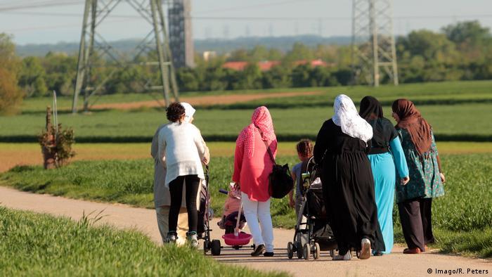 سيدات مسلمات أثناء تنزههن مع بناتهن في ألمانيا
