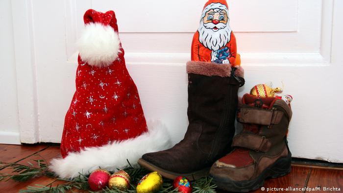 یک مناسبت مهم تا پیش از فرارسیدن کریسمس یا شبهای مقدس روز نیکلاس است در ششم دسامبر. سنتی که ریشه آن به نیکلاس قدیس میرسد که بنا بر روایات در قرن ۴ میلادی زندگی میکرده و به ویژه به کودکان توجه داشته است. بچهها شب پیش از ششم دسامبر، قبل از خوابیدن، چکمهشان یا جورابهای بزرگی را که به همین مناسبت درست شده، بیرون در میگذارند تا نیکلاس آنها را هدیههای کوچک و شیرینیها پر کند.