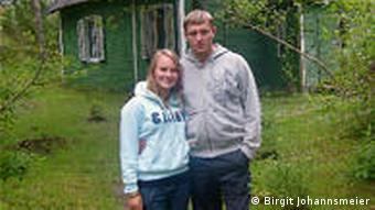 Monta und Davis, ein junges Paar, vor dem Haus der Großeltern (Foto: Birgit Johannsmeier)