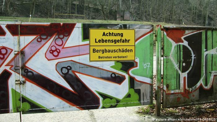 Deutschland Ruhrgebiet - Bergbauschäden - Warnschild in Witten (picture-alliance/blickwinkel/F8-DASBILD)
