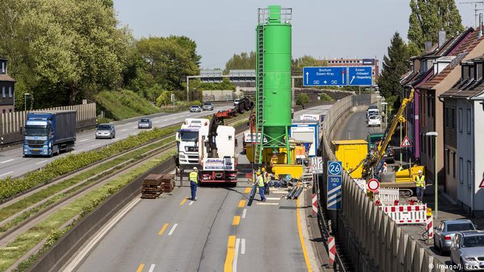 Deutschland Ruhrgebiet - Bergbauschäden - Autobahnsperrung A40 bei Essen (Imago/J. Tack)
