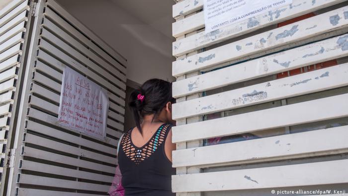 Brasilien, Sao Paulo: Schlangen vor Praxen nach Abzug kubanischer Ärzte aus Brasilien (picture-alliance/dpa/W. Kenji)