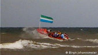Schiff mit livischer Flagge auf stürmischer See (Foto: Birgit Johannsmeier)