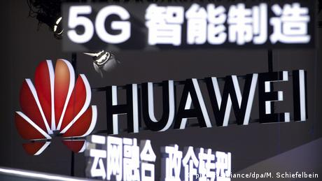 Sign promoting 5G wireless technology by Huawei (picture-alliance/dpa/M. Schiefelbein)