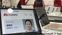 06.12.2018, China, Peking: Ein Porträtfoto von Meng Wanzhou, Finanzvorstand des chinesischen Smartphone-Herstellers Huawei, ist auf einem Huawei Computer in einem Huawei-Store zu sehen. Wanzhou ist auf Ersuchen der US-Behörden in Vancouver verhaftet worden. Foto: Ng Han Guan/AP/dpa +++ dpa-Bildfunk +++ |