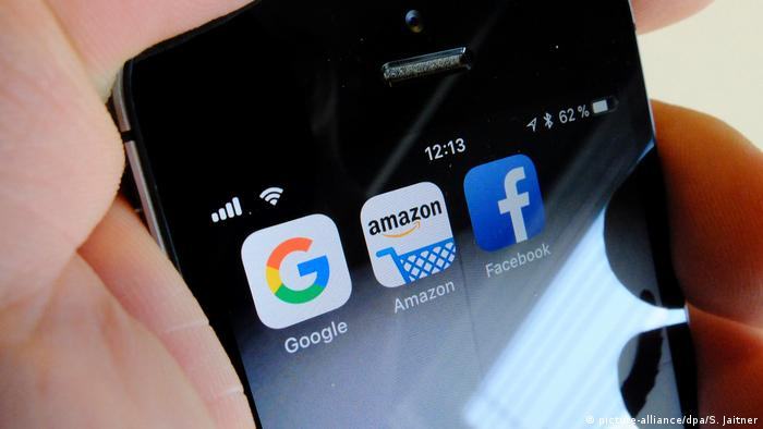 Smartphone mit Apps von Google, Amazon und Facebook