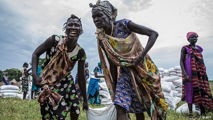Women carrying a sack of food aid (WFP)