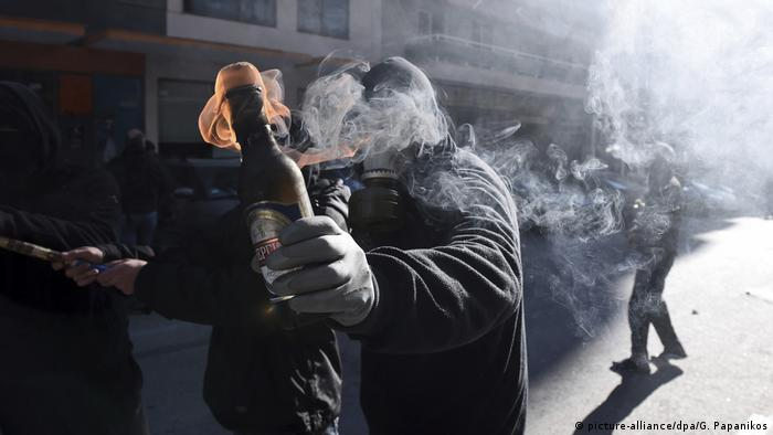 A demonstrator in Athens with a Molotov cocktail (picture-alliance/dpa/G. Papanikos)