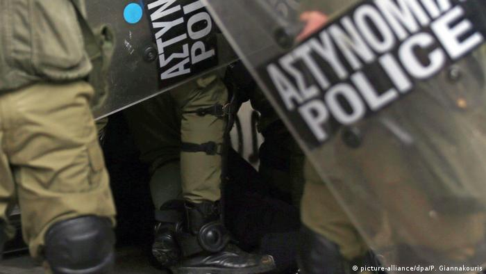 Police crack down at the Athens demonstration (picture-alliance/dpa/P. Giannakouris)