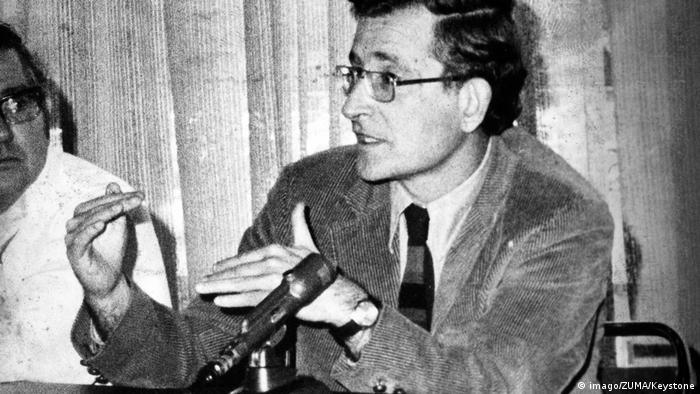 Ноам Чомски през 1976 година