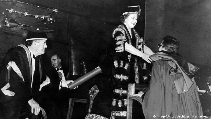 UK Noam Chomsky erhält Doktortitel von Queen Mom | 1967