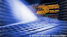 Tastatur und Bildschirm mit Programmiercode und Binärcode
