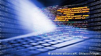 Tastatur und Bildschirm mit Programmiercode und Binärcode (picture-alliance/K. Ohlenschläger)