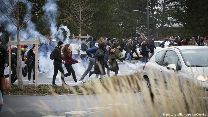 Участники школьных протестов во Франции