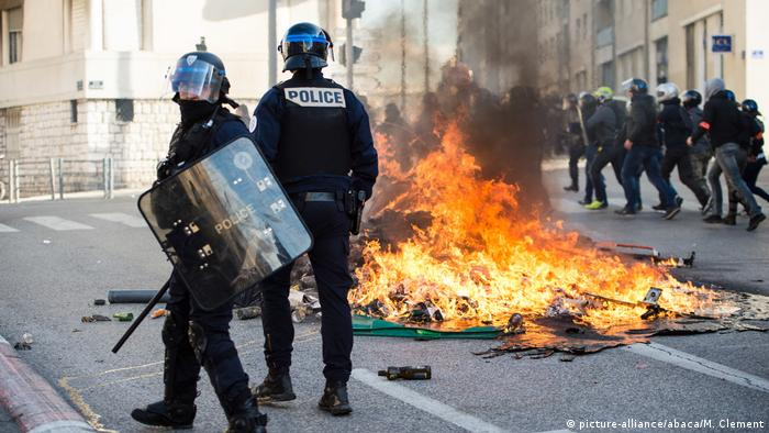 riot police stand next to a bin fire picture allianceabacam the political crisis engulfing french