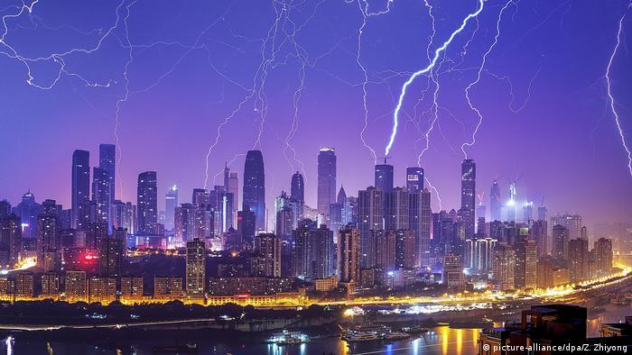 بزرگترین شهر چین، شانگهای، در لیست کلانشهرهای دنیا قرار دارد که بالا آمدن آب دریا میتواند پیامدهای فاجعهباری برای آن داشته باشد. پیشبینی میشود میان ۱۱ میلیون و ۶۰۰ هزار تا بیش از ۲۲ میلیون شهروند شانگهای مجبور نقل مکان خواهند شد. این کلانشهر چین بیش از بقیه شهرها در معرض خطر جدی گرمایش زمین قرار دارد.