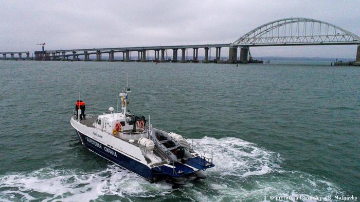 Катер российской береговой охраны возле Керченского моста