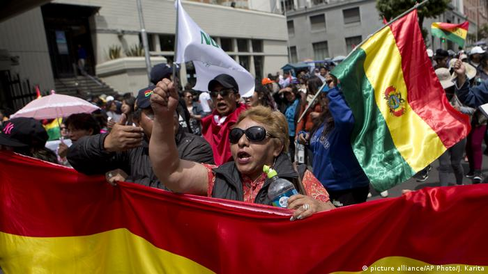 Bolivians protesting in La Paz against a fourth term for President Evo Morales (picture alliance/AP Photo/J. Karita)