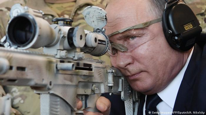 Russland Wladimir Putin mit Waffe in Militärpark bei Moskau