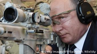 Владимир Путин смотрит в прицел снайперской винтовки СВЧ-308