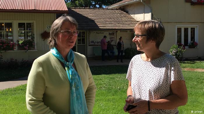 La excolona Doris Gert (izqda.) y la experta alemana Elke Gryglewski en un encuentro de víctimas en la actual Villa Baviera. (2018).