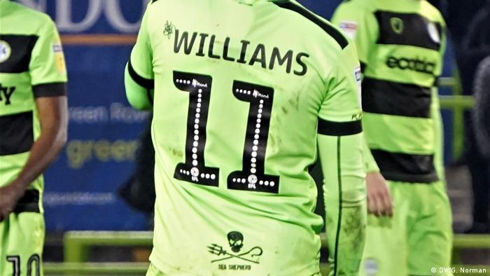 Spieler der Forest Green Rovers mit grünen Trikots von der Seite und von hinten