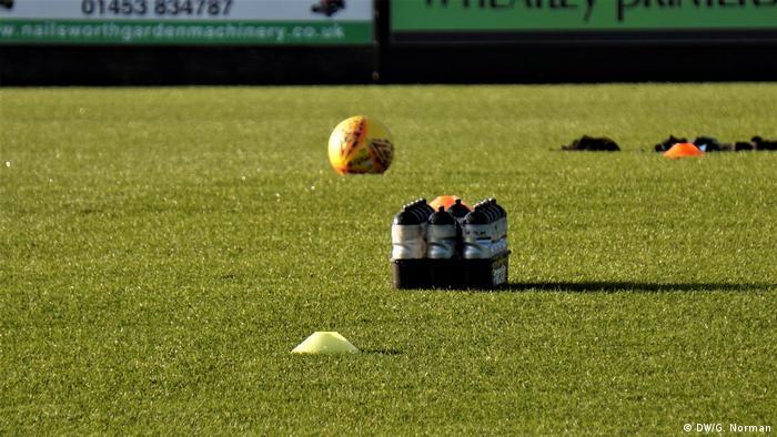 Blick auf den Rasen im Stadion, darauf Bälle und Trainingsgerät