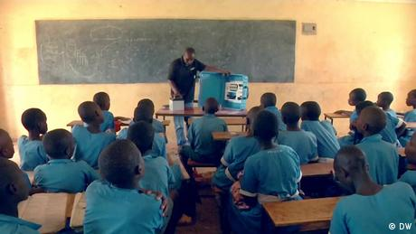 eco@africa Displaying the solar suitcase in a Kenyan classroom (DW)