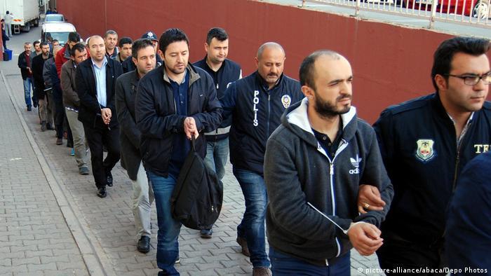 Türkei Razzia gegen Gülen-Unterstützer (picture-alliance/abaca/Depo Photos)