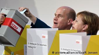 Deutschland CDU-Parteitag in Hamburg Merkel Stimmabgabe