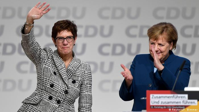 Deutschland CDU-Parteitag in Hamburg Kramp-Karrenbauer und Merkel (Reuters/F. Bimmer)