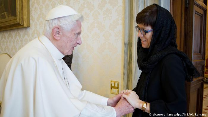 Pope Benedict greets Annegret Kramp-Karrenbauer (picture-alliance/dpa/ANSA/O. Romano)