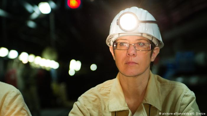 Annegret Kramp-Karrenbauer at a press conference at a mine in Saarland in June 2012 (picture-alliance/dpa/O. Dietze)