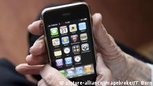 Älterer Herr bedient ein Smartphone