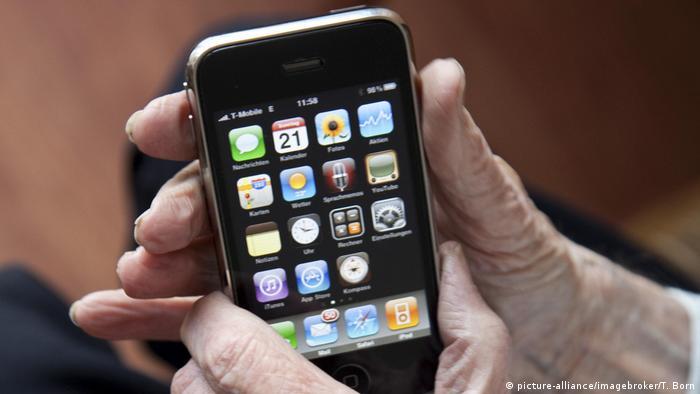 Älterer Herr bedient ein Smartphone (picture-alliance/imagebroker/T. Born)