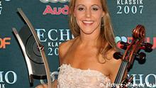 Die argentinische Cellistin Sol Gabetta zeigt am Sonntag (21.10.2007) in München bei einer Gala zur Verleihung des Echo Klassik 2007 ihre Trophäe in der Kategorie Instrumentalistin des Jahres. Das Kulturinstitut der deutschen Phonowirtschaft würdigte mit dem Echo Klassik zum 14. Mal herausragende Klassik-Aufnahmen. Der Preis wurde in insgesamt 21 Kategorien vergeben. Foto: Ursula Düren dpa/lby (zu dpa 0586) +++(c) dpa - Bildfunk+++