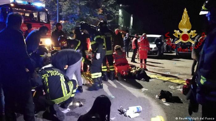 Спасатели на месте происшествия в Коринальдо