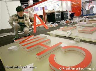 Verwendung der Fotos nur im Rahmen der Berichterstattung über die Frankfurter Buchmesse  *** China wird 2009 Ehrengast der Frankfurter Buchmesse sein. Hier: Aufbau des chinesischen Nationalstandes, 2008.