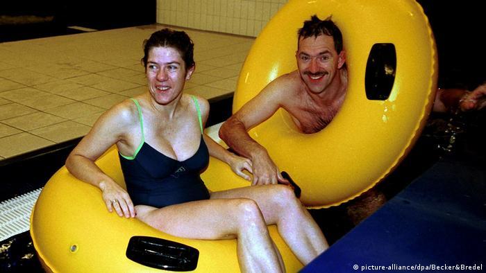 2001: АКК, министърка на спорта на Саарланд, на посещение в обществен басейн
