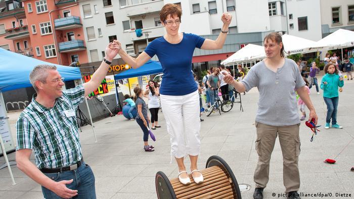 2011: АКК като министър-председателка на Саарланд участва в местна спортна проява