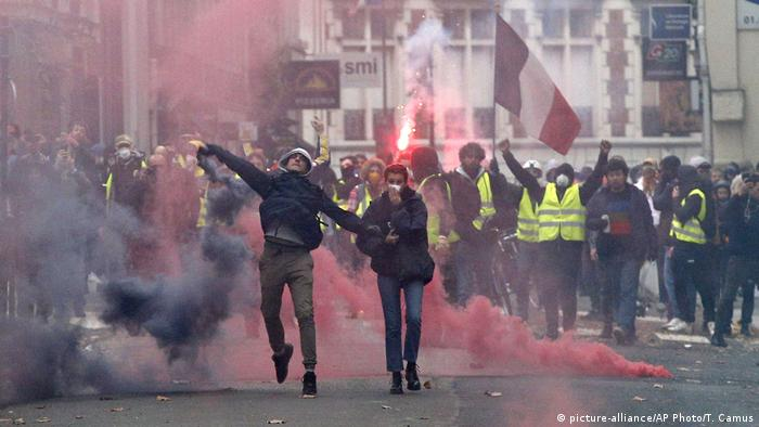 Протестующие во время акции желтых жилетов
