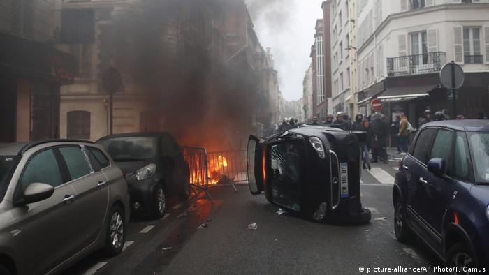 Перевернутые автомобили во Франции во время протестов желтых жилетов